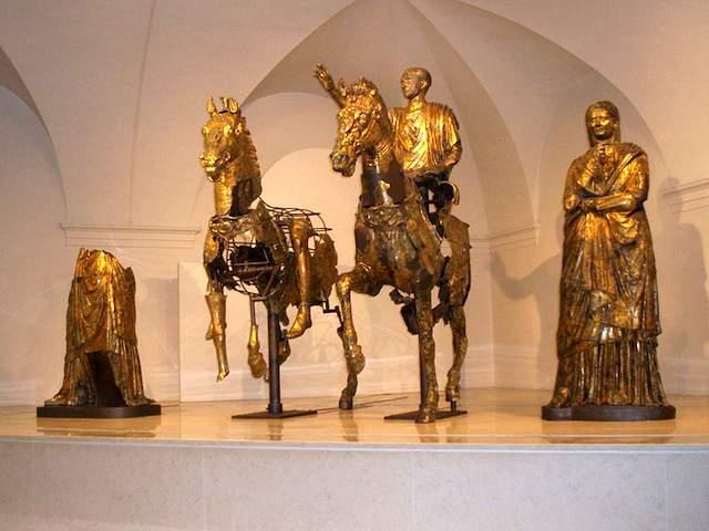 De Bronzi Dorati in het museum van Pergola (photo credit)