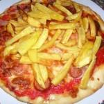 Pizza würstel met knakworst en friet