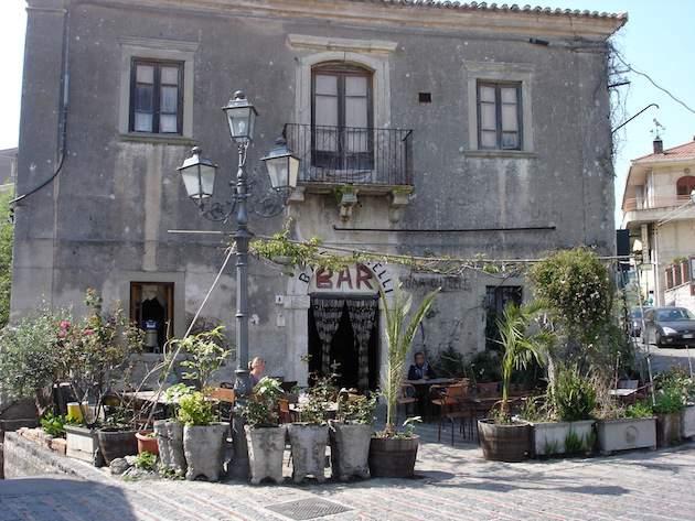 In de winter kun je ook prima een Godfather-trip naar Sicilië doen: dit is 'Bar Vitelli' in Savoca. (Foto: Edward Hendriks)