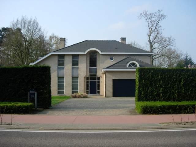 Eén van de gruwelijk lelijke huizen in Brasschaat (foto: Ineke Spoorenberg)