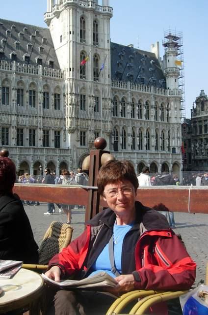 Even bijkomen op de Grote Markt in Brussel (foto: Ineke Spoorenberg)