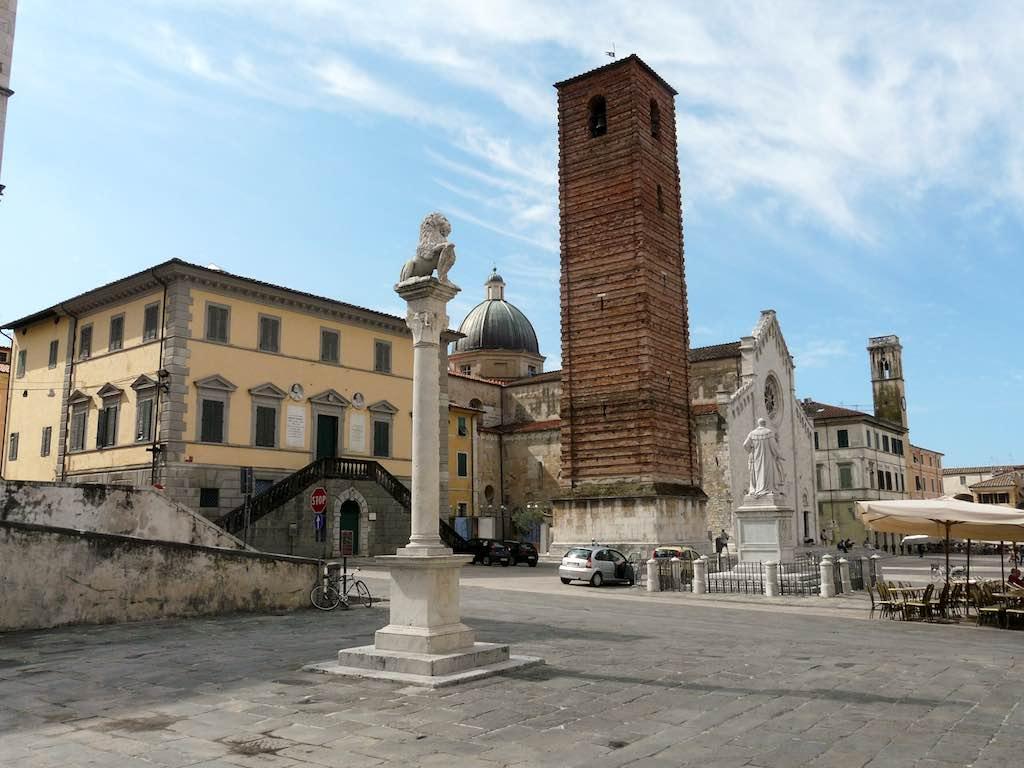 Piazza Duomo in Pietrasanta (Toscane) - foto: Wikimedia