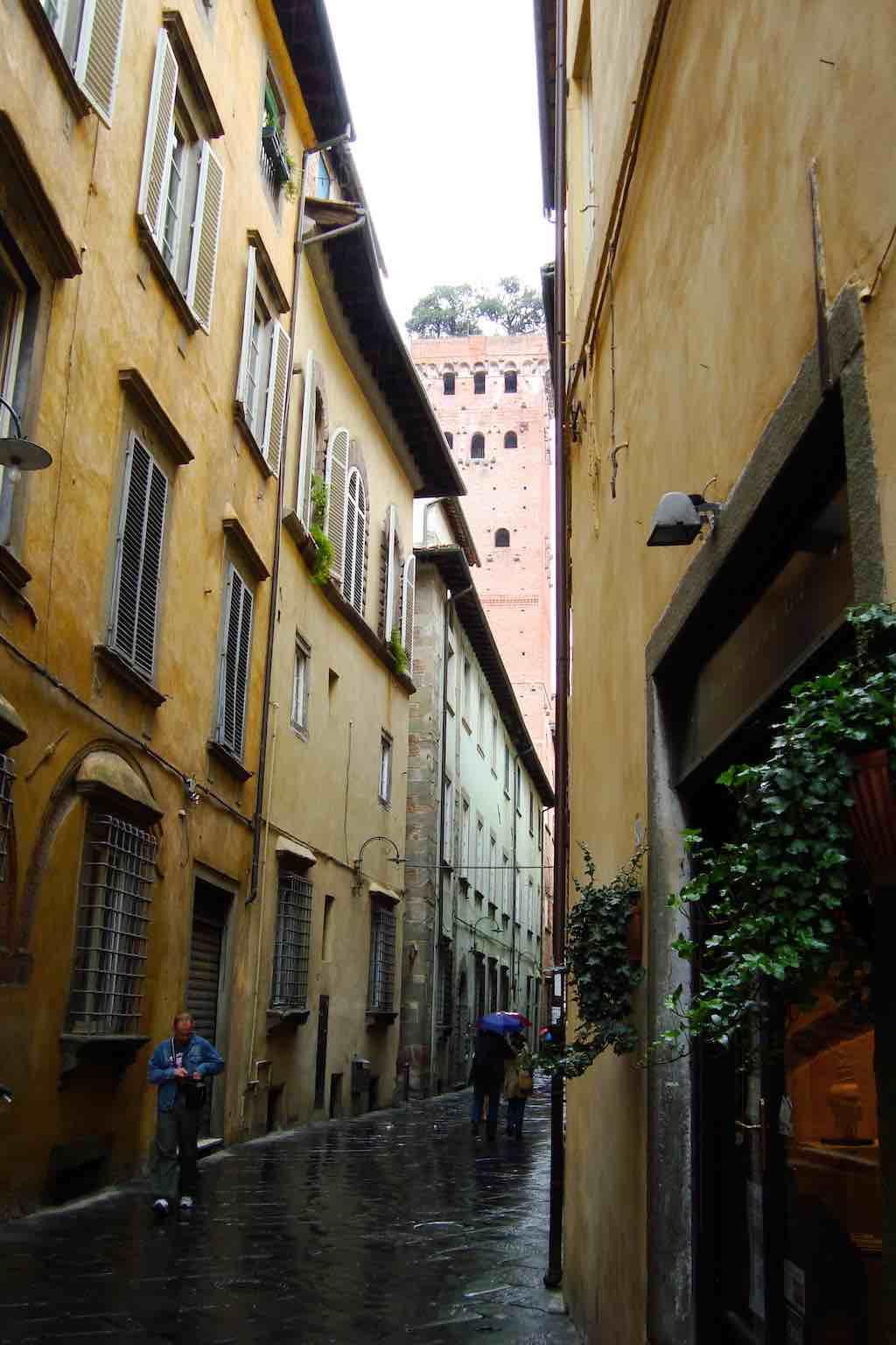 Een straatje in het oude centrum van Lucca (foto: Edward Hendriks)
