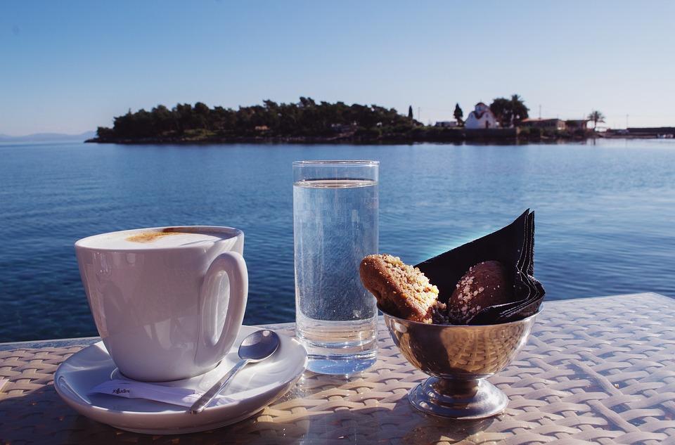koffie aan tafel of aan de bar in Italië