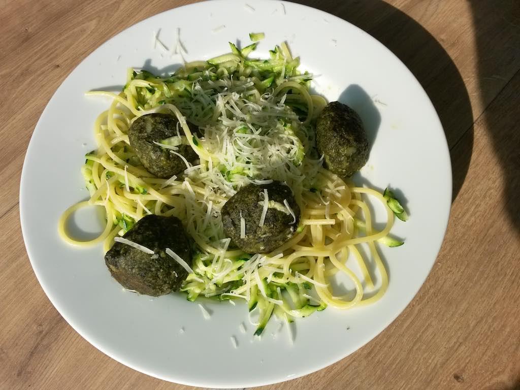 pasta met geraspte courgette en spinazieballetjes