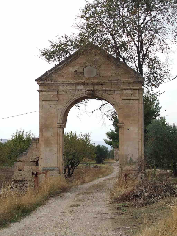 poort vervallen landhuis