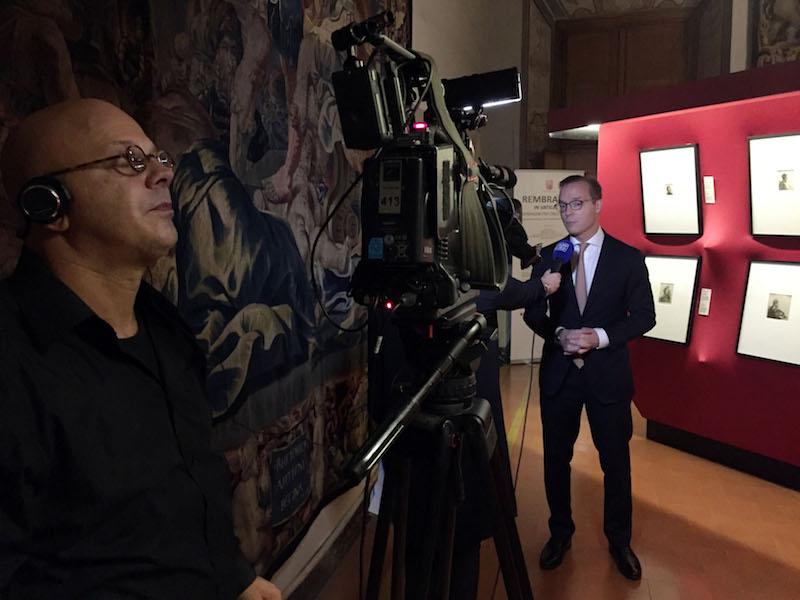 Ambassadeur Jaime de Bourbon de Parma bij de opening van de Rembrandt-tentoonstelling