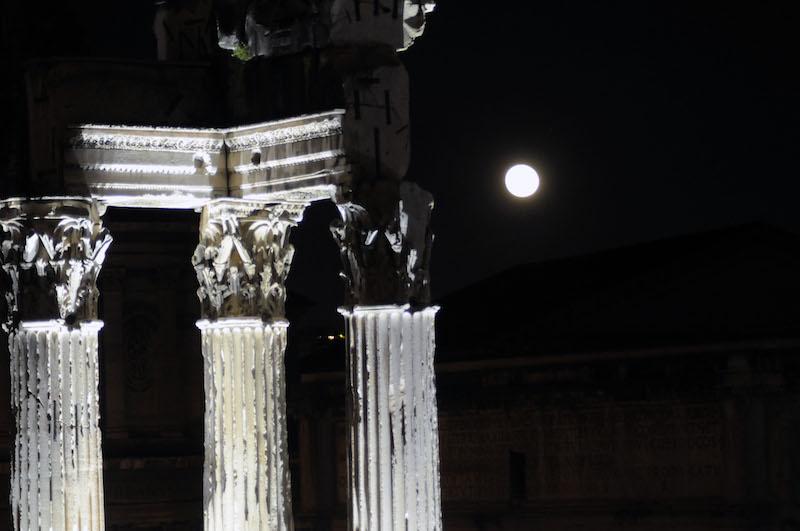 Supermaan boven het Forum Romanum in Rome