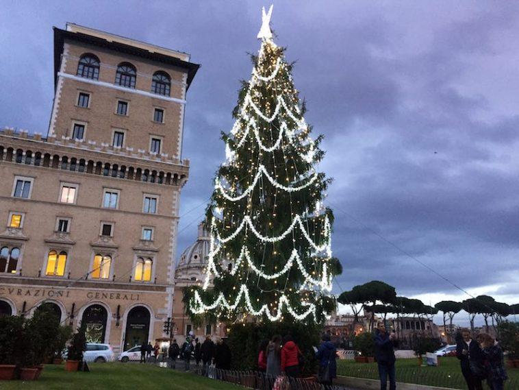 De herversierde kerstboom van Rome