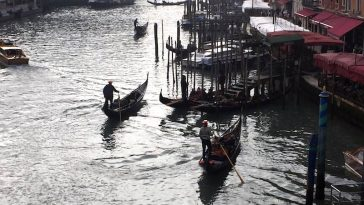 Toeristengondels in het Canal Grande van Venetie Foto Rop Zoutberg