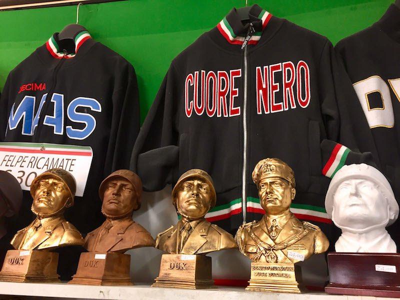 Souvenirverkoop van Mussolini in Predappio Foto Rop Zoutberg