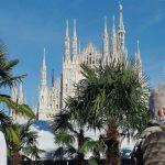 Palmbomen en bananenbomen op Piazza Duomo in Milaan