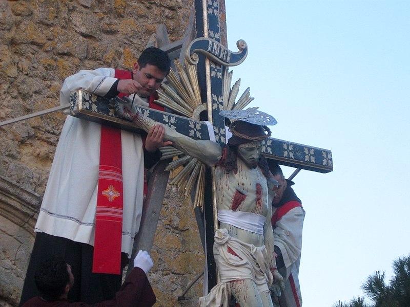 Een nagespeelde kruisiging op Goede Vrijdag