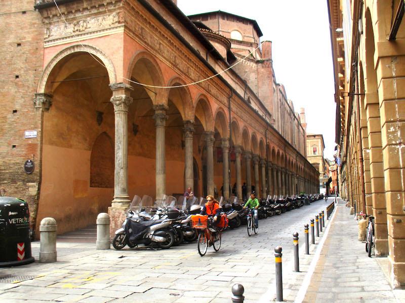 Het straatbeeld van de Via Zamboni
