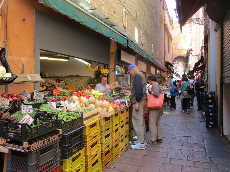 Al eeuwen verkopen marktkoopmannn hun waren in 'gaten in de muur