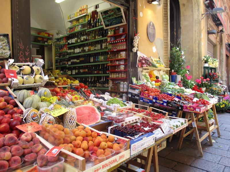 Vroeger werd in de Via Drapperie wollen kleding verkocht. Tegenwoordig fruit en wijn.