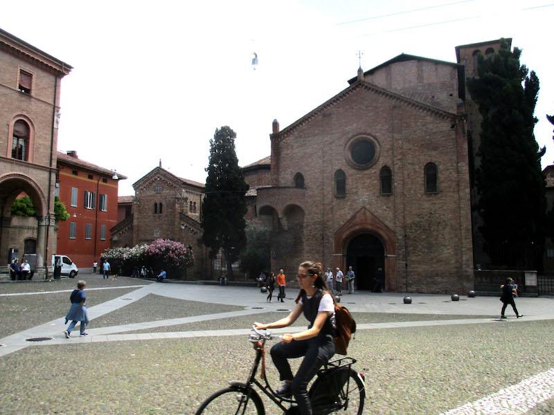 Piazza Santo Stefano is een plein waar altijd wat te beleven valt
