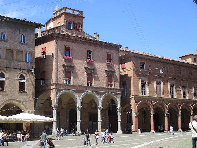 Rijke families woonden hier in de middeleeuwen graag. Vandaar de prachtige portico's