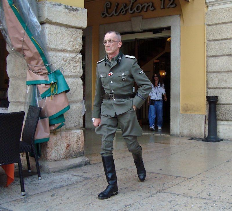 Kijk niet vreemd op als je tijdens Bevrijdingsdag in Italië nazi's tegen het lijf loopt - dat hoort erbij