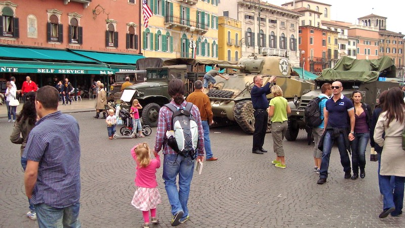 Bevrijdingsdag in Verona met divers oorlogsmaterieel