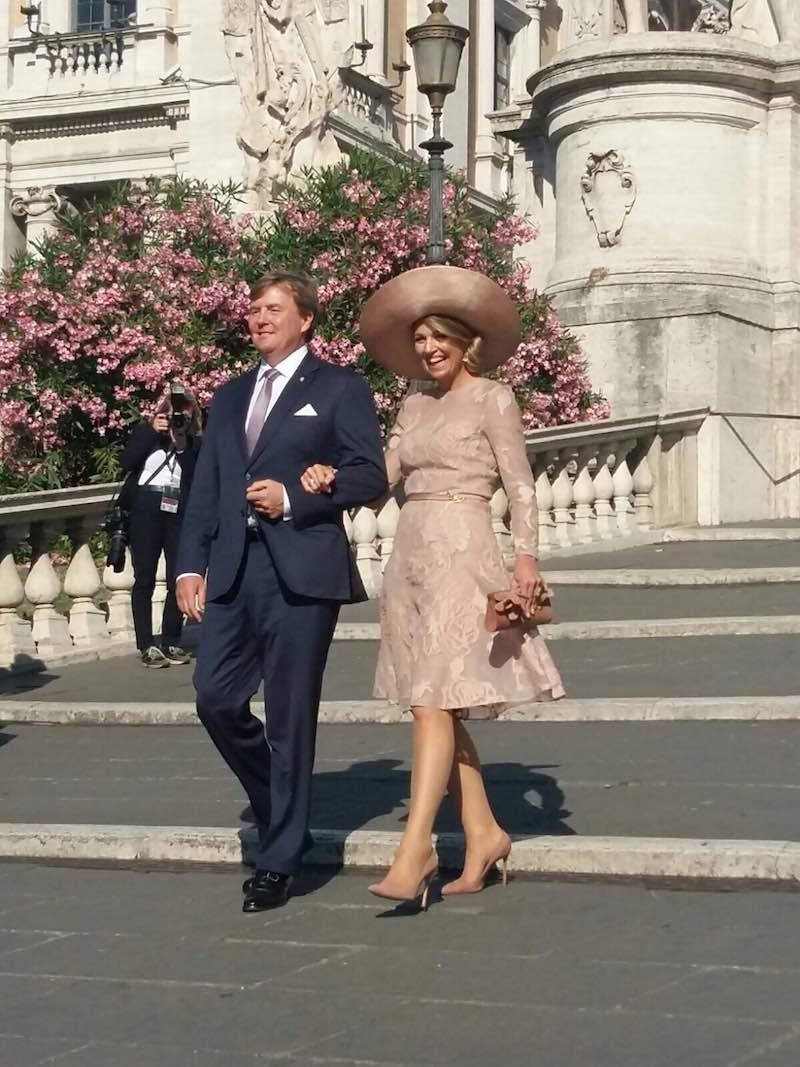 Het koninklijk paar op de Capitolijnse trappen