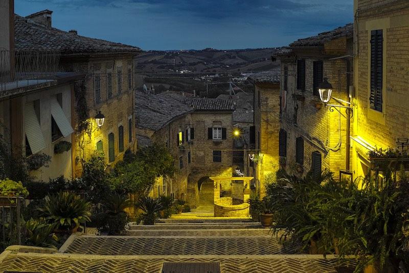 Corinaldo met zijn Pozzo della Polenta bij nacht