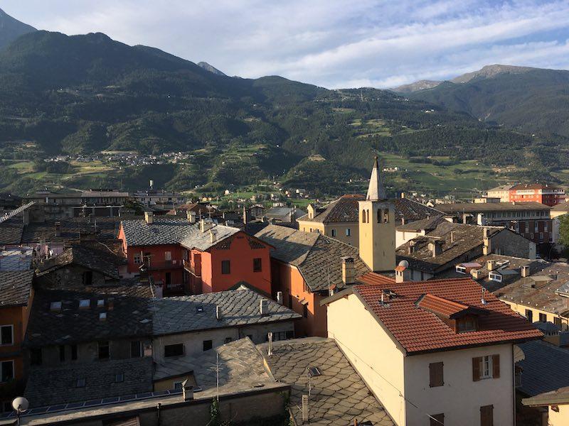 Aosta is een levendige en mooi gelegen stad van kleine omvang