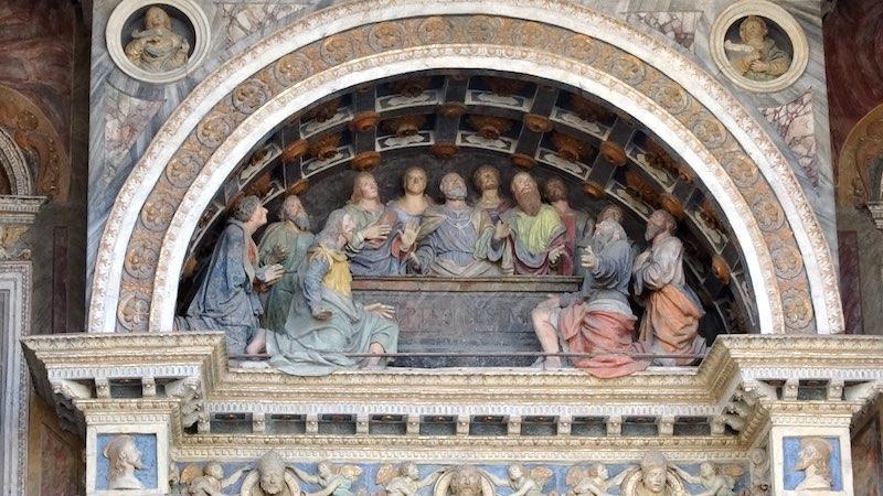 Religieuze kunst boven de ingang van de kathedraal