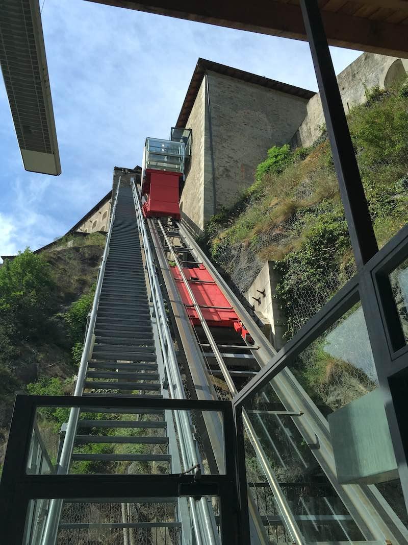 Via drie liften bereik je de bovenkant van het fort