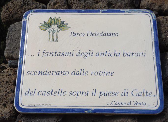 Bordjes in het dorp Galtellì, die herinneren aan het werk van Deledda