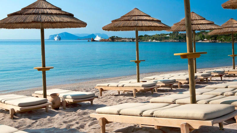 Het strand van Hotel Romazzino aan de Sardijnse Costa Smeralda