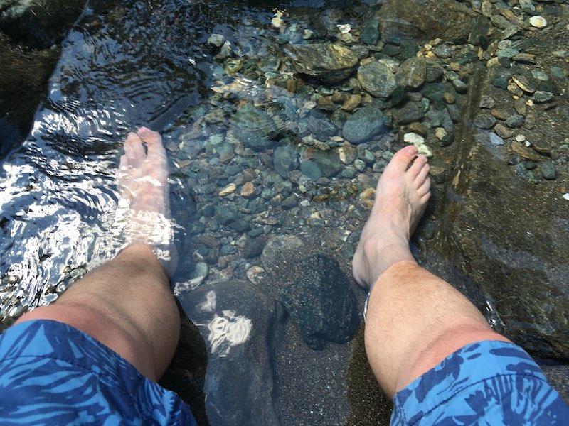 Afkoelen in het bergwater bij de watervallen van Lillaz