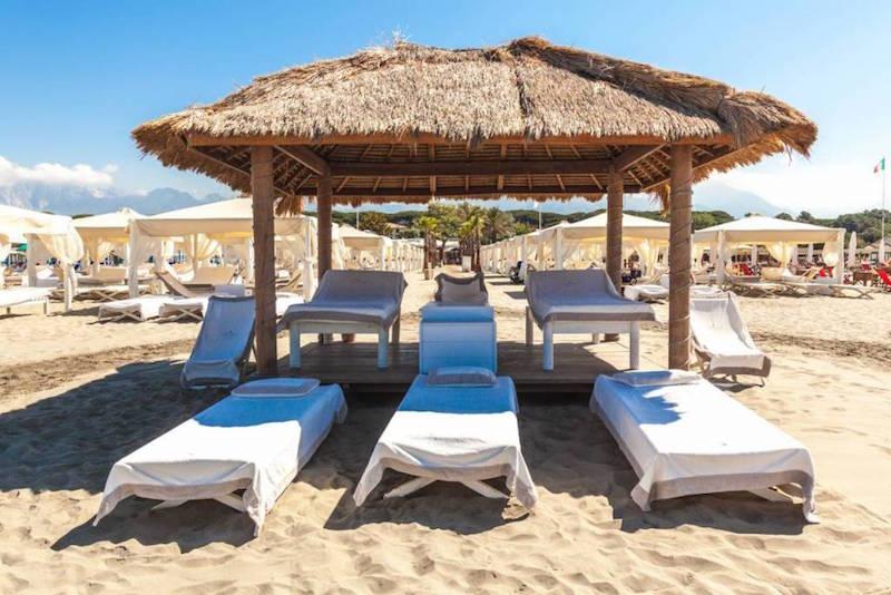 De Presidential Gazebo op het duurste strand van Italië: Twiga Beach