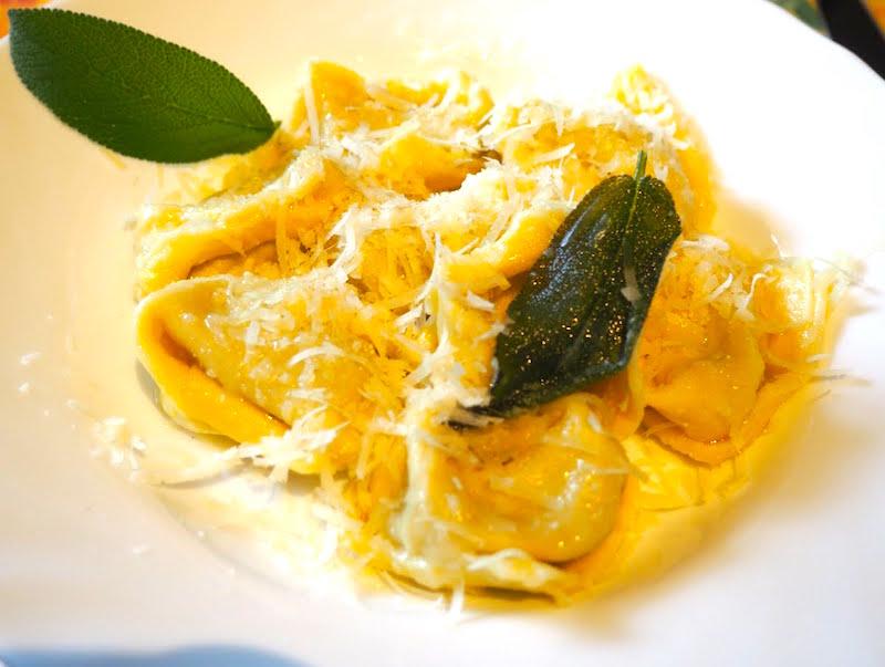 Ravioli met een vulling van pompoen, mostarda di cremona en amarettikoekjes