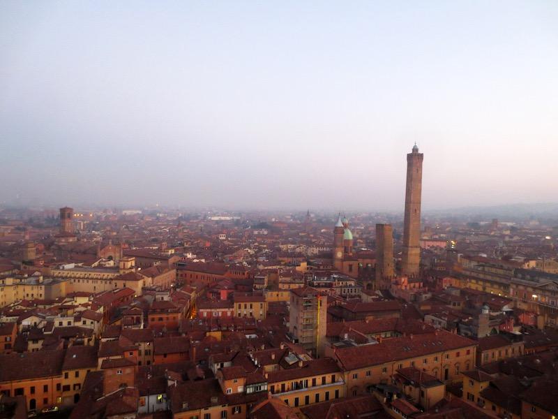 Bologna bij zonsondergang. Torre Asinelli steekt trots boven de stad uit.