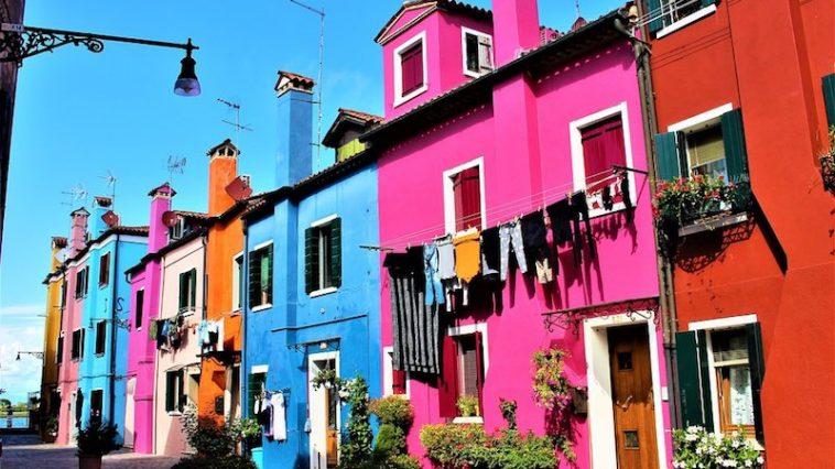 Een bezoek aan Burano in de Lagune van Venetië moet de winterblues wel verslaan