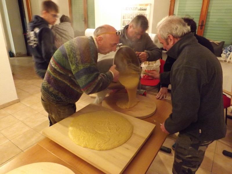De polenta wordt over de planken uitgestort