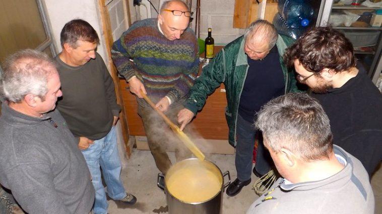Polenta maken: met z'n allen om de pan