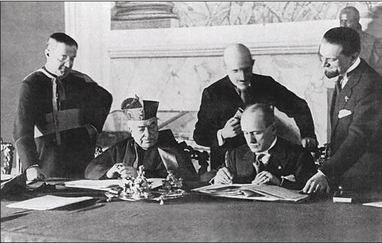 Benito Mussolini en kardinaal Pietro Gasparri tekenen Het Verdrag van de Lateranen in 1929, waarmee Vaticaanstad ontstond