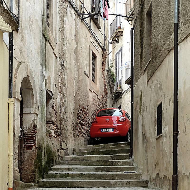 Ford Ka boven aan de trap in Cosenza