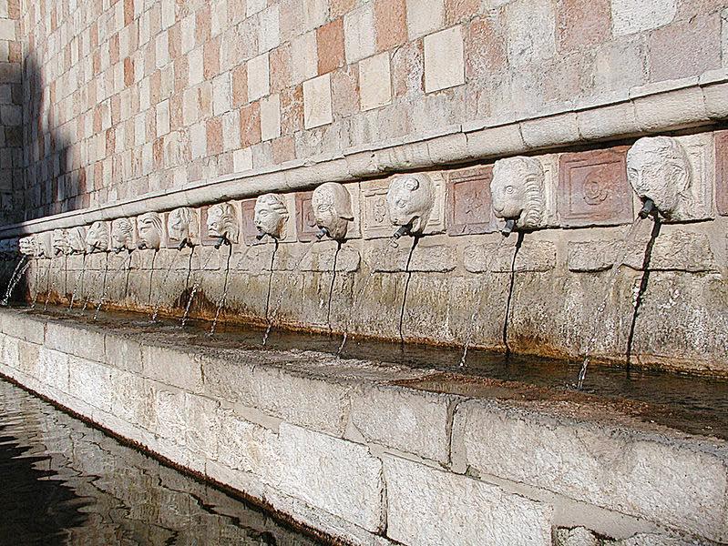 L'Aquila: de fontein met de 99 tuiten