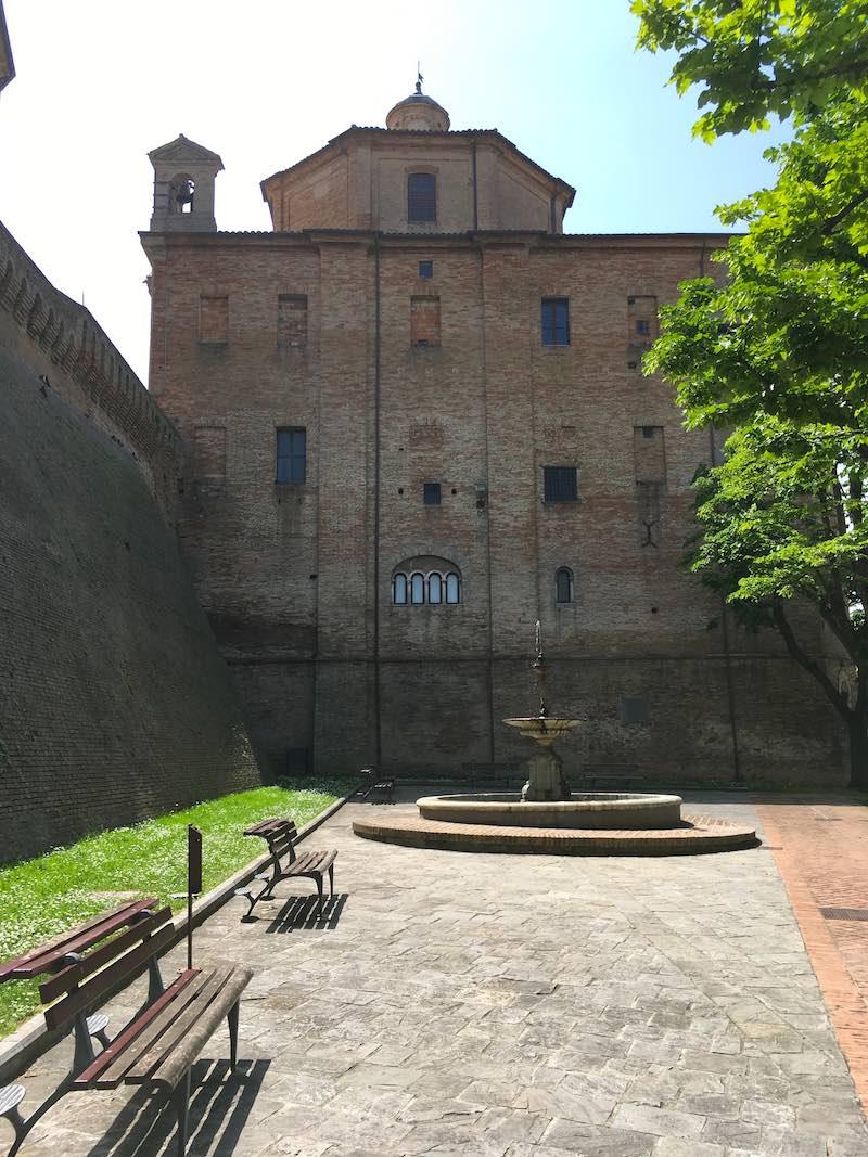 Pleintje buiten de stadsmuren van Corinaldo