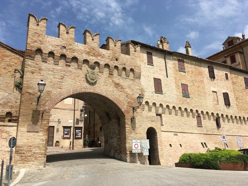 Een van de middeleeuwse poorten van Corinaldo