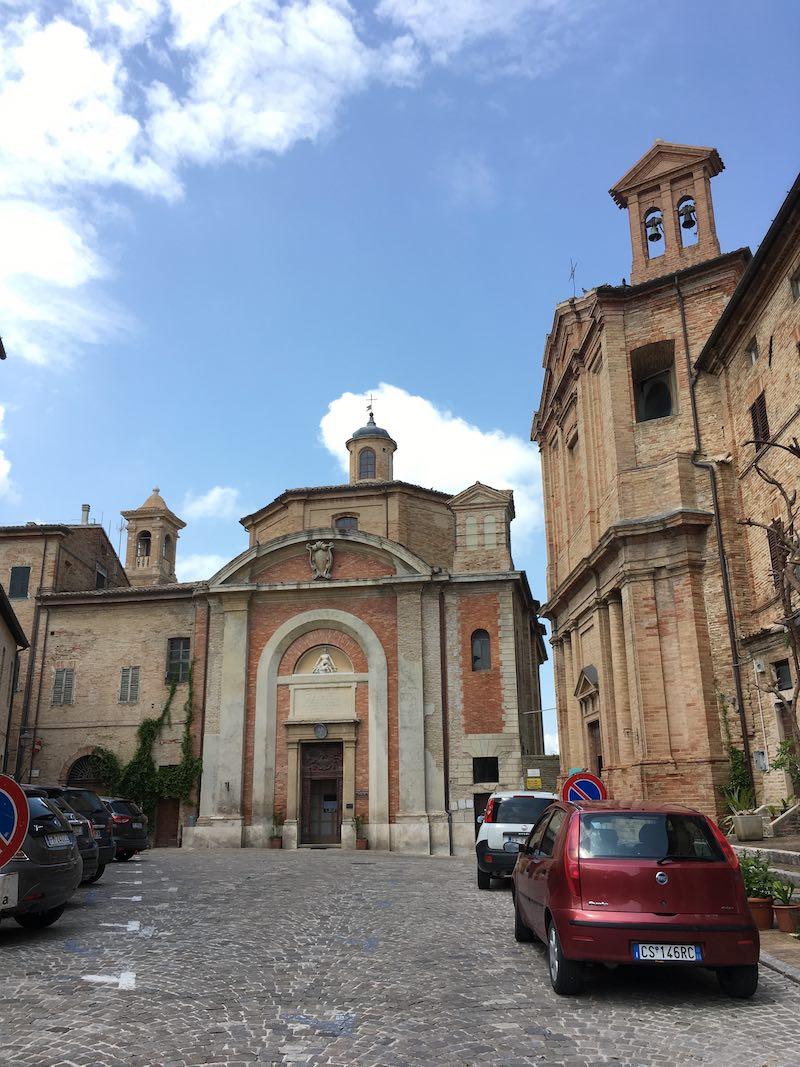 De San Francesco (midden) en hetSantuario di Santa Maria Goretti (rechts) in Corinaldo