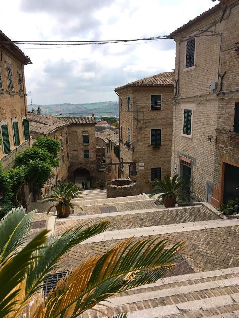 La Piaggia in Corinaldo met de put in het midden van de trap