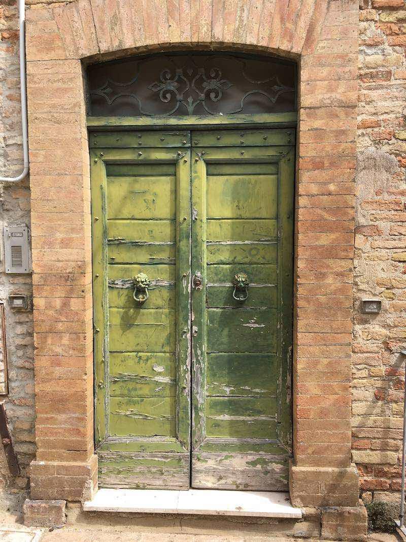 Verweerde deur aan Via La Piaggia