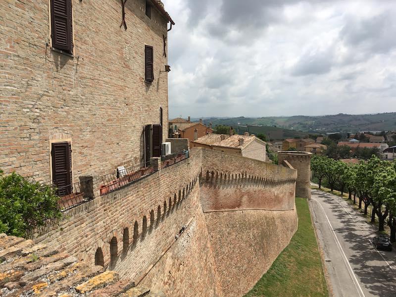 Je kunt een route lopen langs de binnenzijde van de stadsmuren van Corinaldo