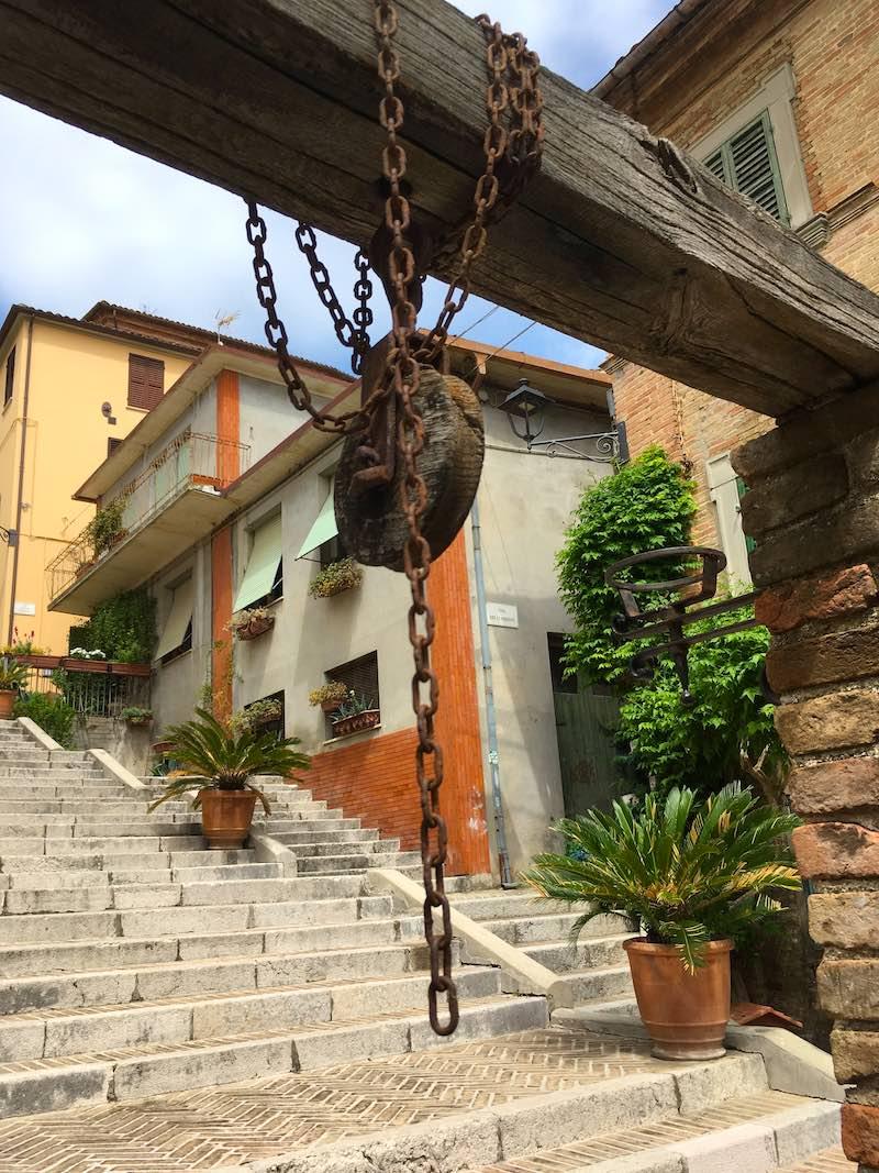 Ketting boven de Pozzo della Polenta in Corinaldo