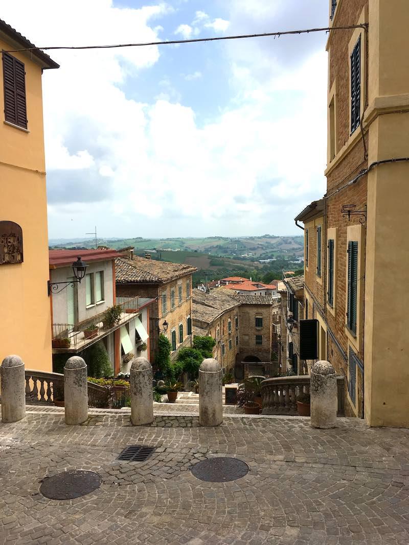 Uitzicht vanaf het terras van Osteria Scuretto op het centrale plein in Corinaldo
