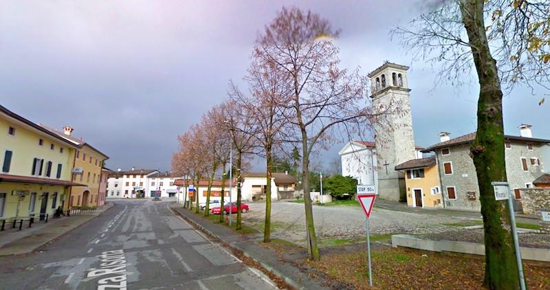Piazza Risorta is heel Provesano - een kerkje, de bar, een enkele winkel en rechts het huis van Fortuyn